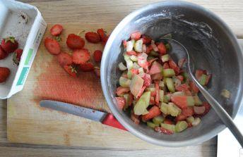 Zubereitung der Erdbeer Rhabarber Füllung