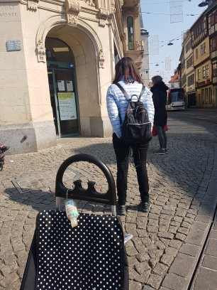 Schlange: Warten auf den Einkaufskorb
